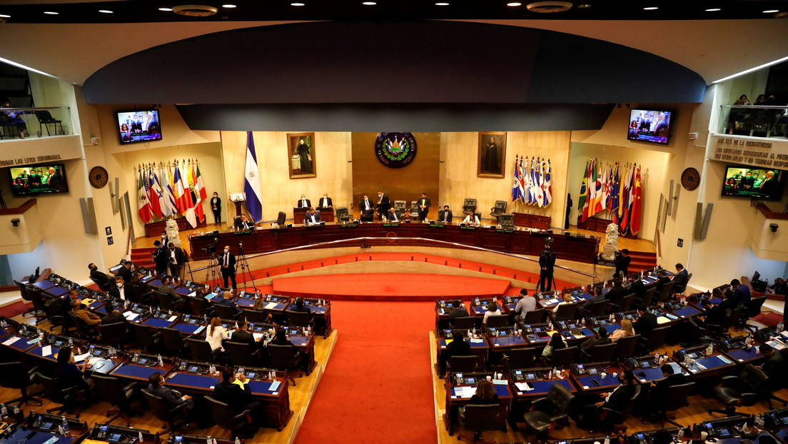 ¿Autogolpe de Estado? Las claves de la crisis desatada en El Salvador tras la destitución de la Corte Suprema y el Fiscal General