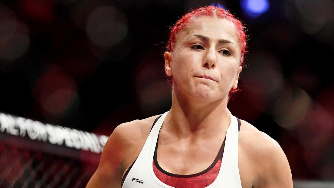"""VIDEO: Una luchadora de MMA pierde una pelea por una patada descalificadora y tacha de """"exagerada y sospechosa"""" la actitud de su rival tras el golpe"""