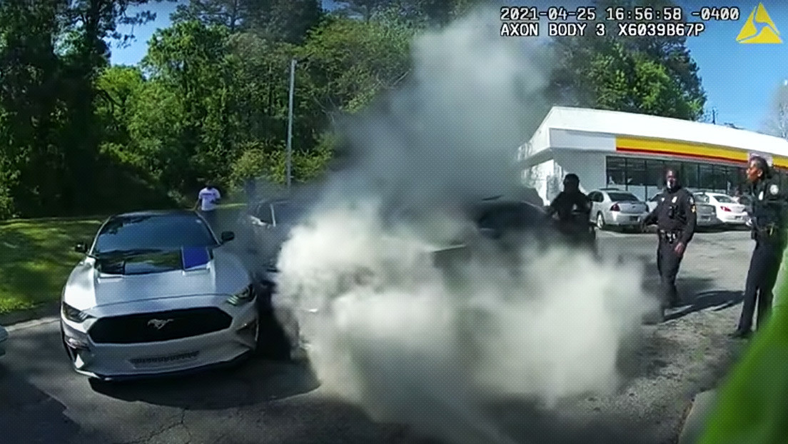 VIDEO: Cinco policías salvan a un hombre inconsciente en un coche en llamas en un heroico rescate grabado en primera persona