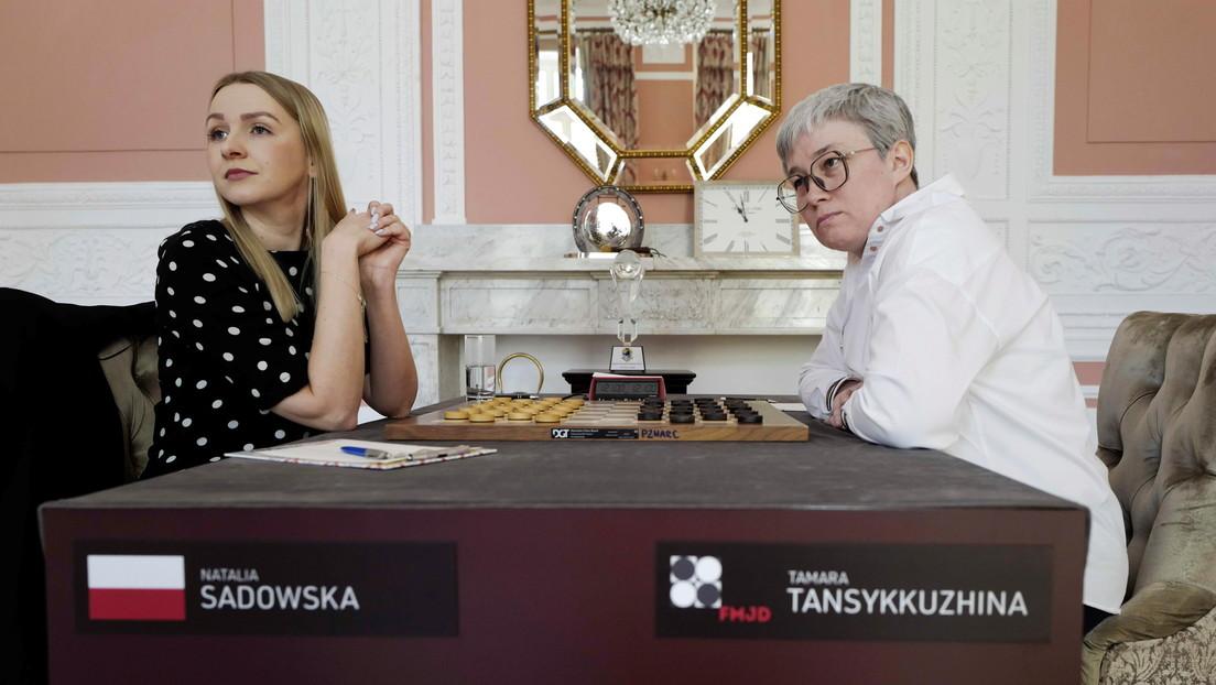 La jugadora rusa de damas a la que le retiraron la bandera nacional en pleno partido defiende su título de campeona mundial