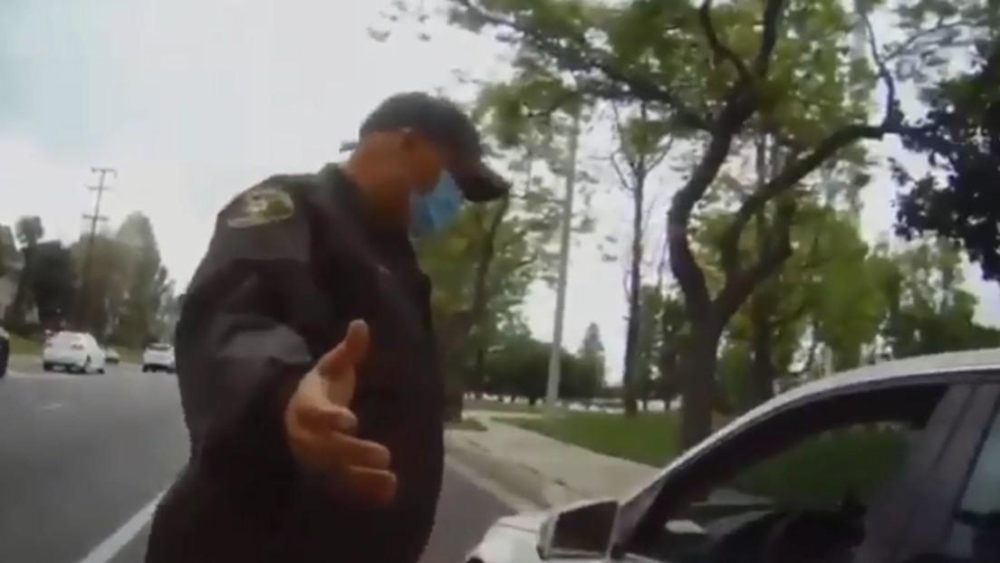 """""""Nunca será blanco"""": una mujer llama """"asesino"""" y """"racista mexicano"""" varias veces a un oficial que la detuvo por usar el celular conduciendo (VIDEO)"""