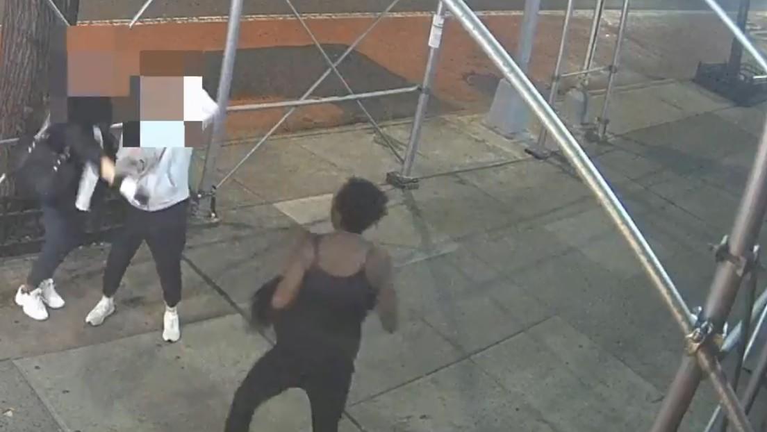 Dos asiáticas son atacadas en Nueva York por una desconocida que a golpes de martillo les exigió quitarse las mascarillas (VIDEO)