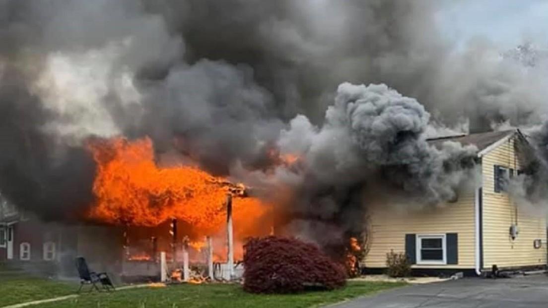 Una mujer prende fuego a su casa con una persona adentro y se sienta a ver la escena desde una silla en el jardín (VIDEO)