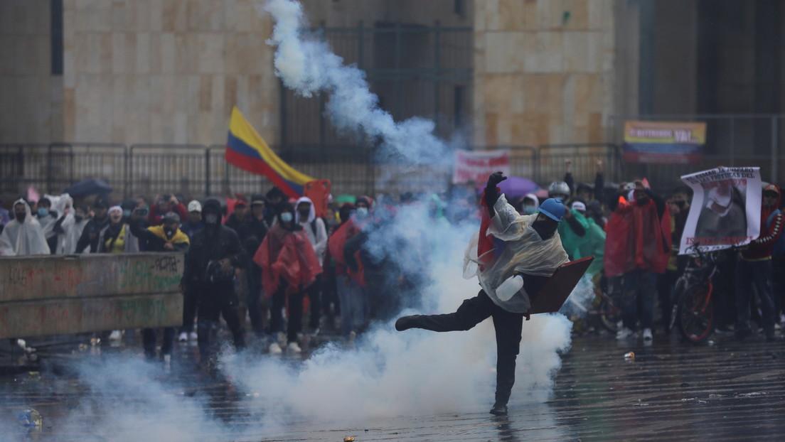 VIDEO: Manifestantes derriban vallas del Congreso de Colombia, provocando su evacuación, y se enfrentan con agentes del Esmad en Bogotá