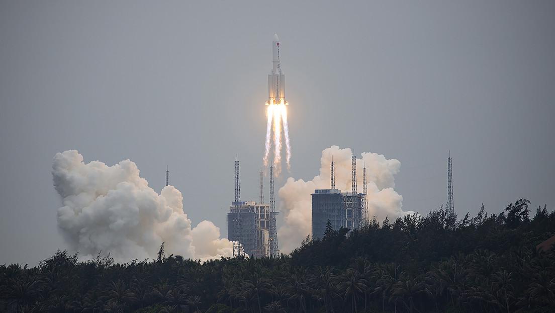 """FOTO: Captan el movimiento """"excepcionalmente rápido"""" del cohete chino que amenaza con caer fuera de control sobre la Tierra en los próximos días"""