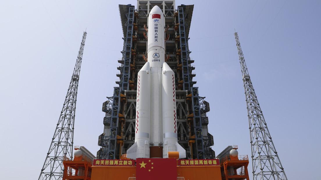 Jefe de la agencia espacial rusa muestra en un mapa la zona en la que puede caer el cohete chino en los próximos días