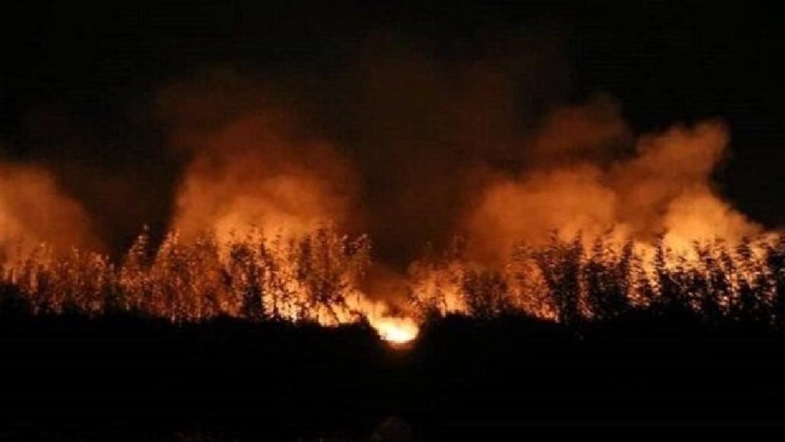 VIDEO: Un gran incendio se produce en una ciudad portuaria de Irán donde se ubica una base militar y una planta de energía atómica