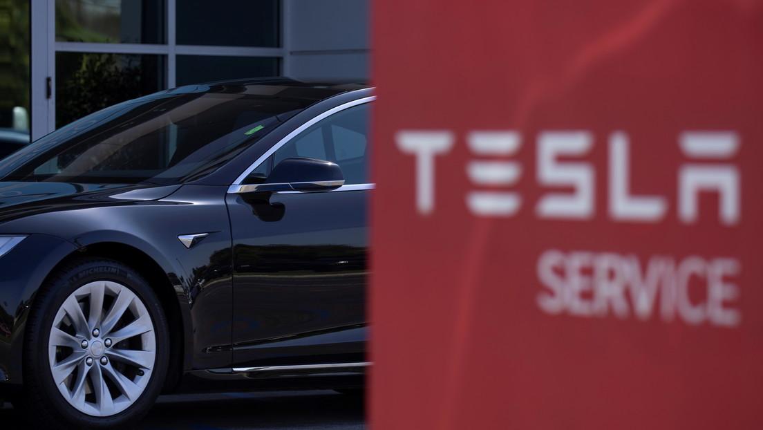 VIDEO: Conductor de un Tesla muere luego de que su auto chocara contra un camión a toda velocidad