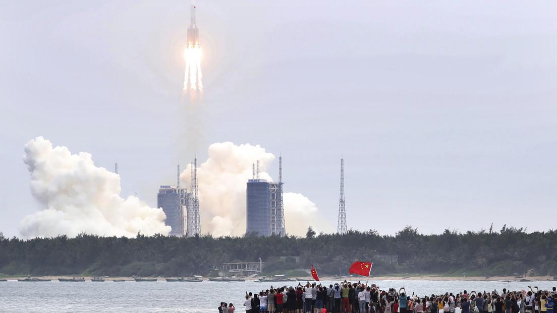 VIDEO: Captan en el cielo lo que serían restos del cohete descontrolado chino Larga Marcha-5B Y2