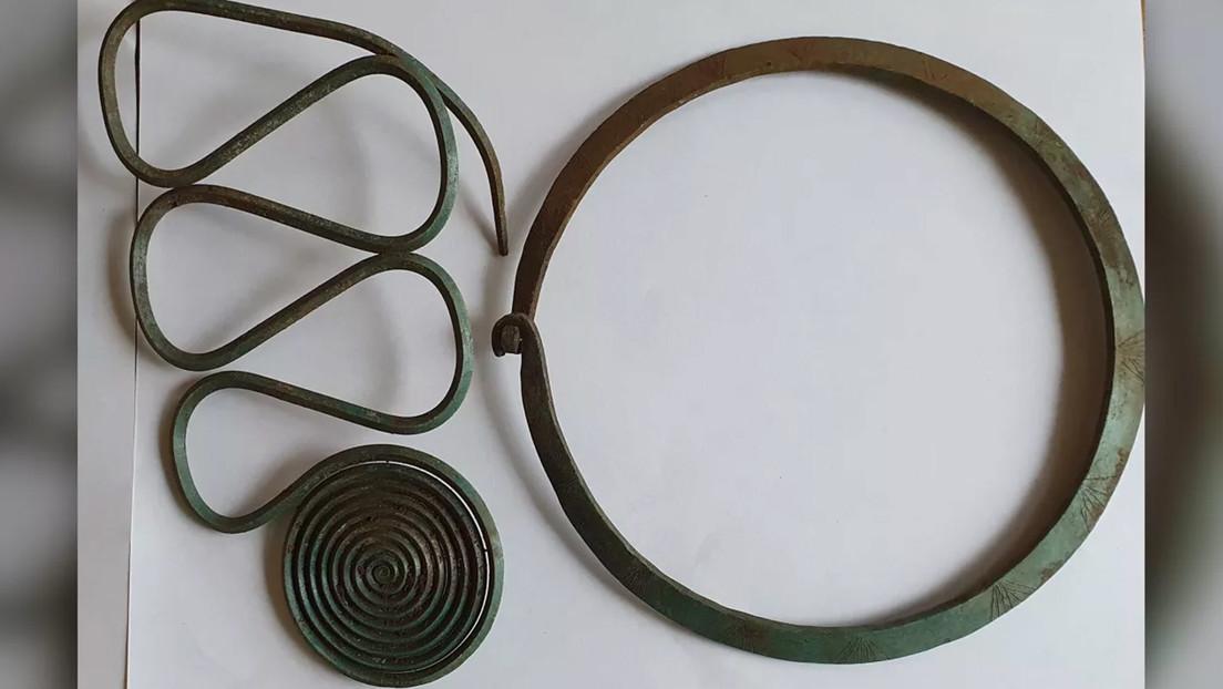 Un hombre que practicaba orientación halla uno de los mayores tesoros de joyas de la Edad del Bronce en Suecia