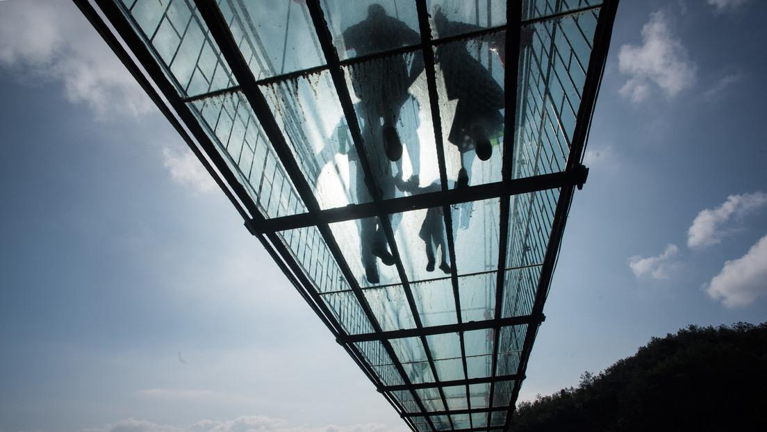 FOTOS: Un turista queda atrapado en un puente de 100 metros de altura con fondo de vidrio dañado por vientos huracanados de hasta 150 km/h