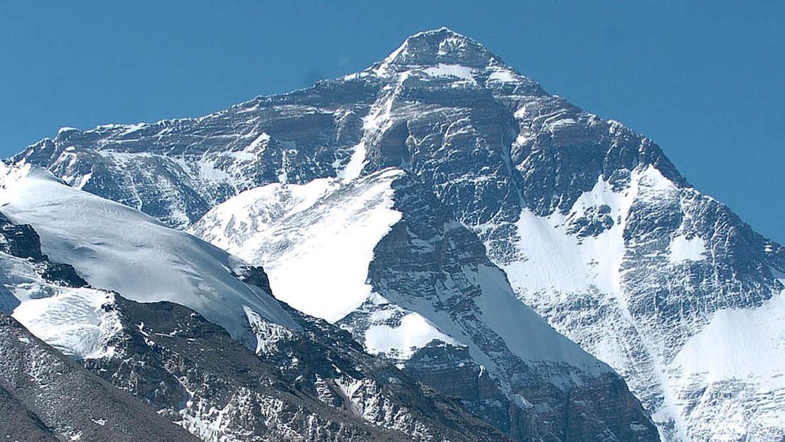 """China creará una """"línea de separación"""" en la cima del Everest para evitar contagios de covid-19 provenientes de Nepal"""