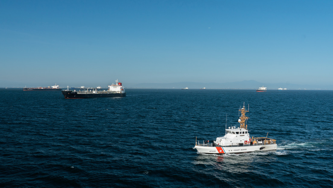 Un barco patrullero de EE.UU. efectúa 30 disparos de advertencia ante las maniobras de buques militares iraníes