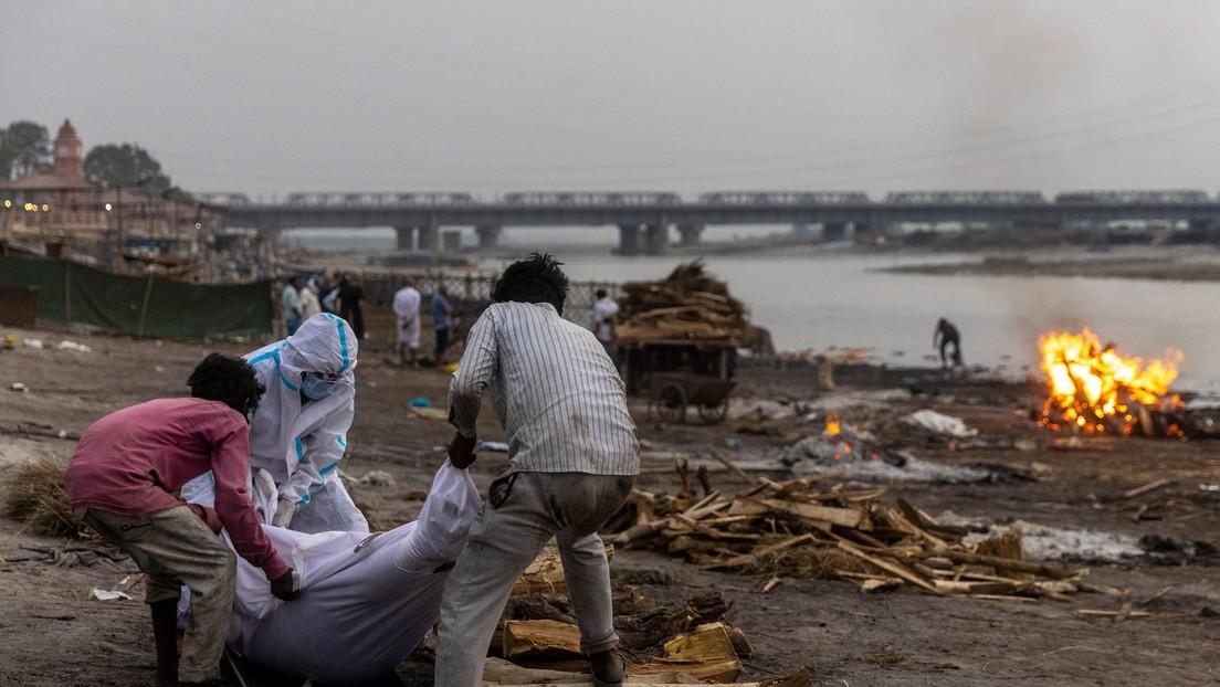 Decenas de cadáveres de supuestas víctimas de covid-19 aparecen en la India a orillas del río Ganges