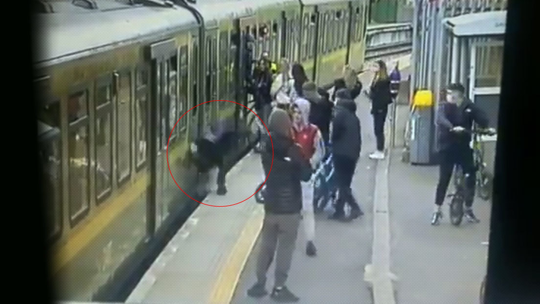 VIDEO: Una banda de jóvenes acosa a varias chicas en una estación de tren y hacen caer a una de ellas a las vías