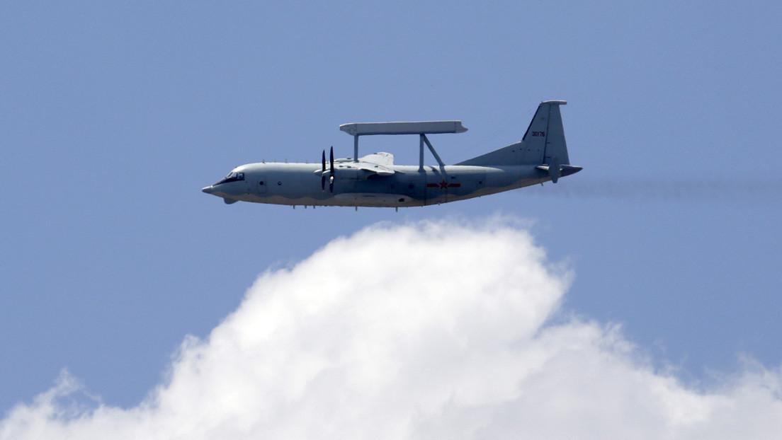 Simulan en China un combate entre un portaviones y la aviación con base en tierra