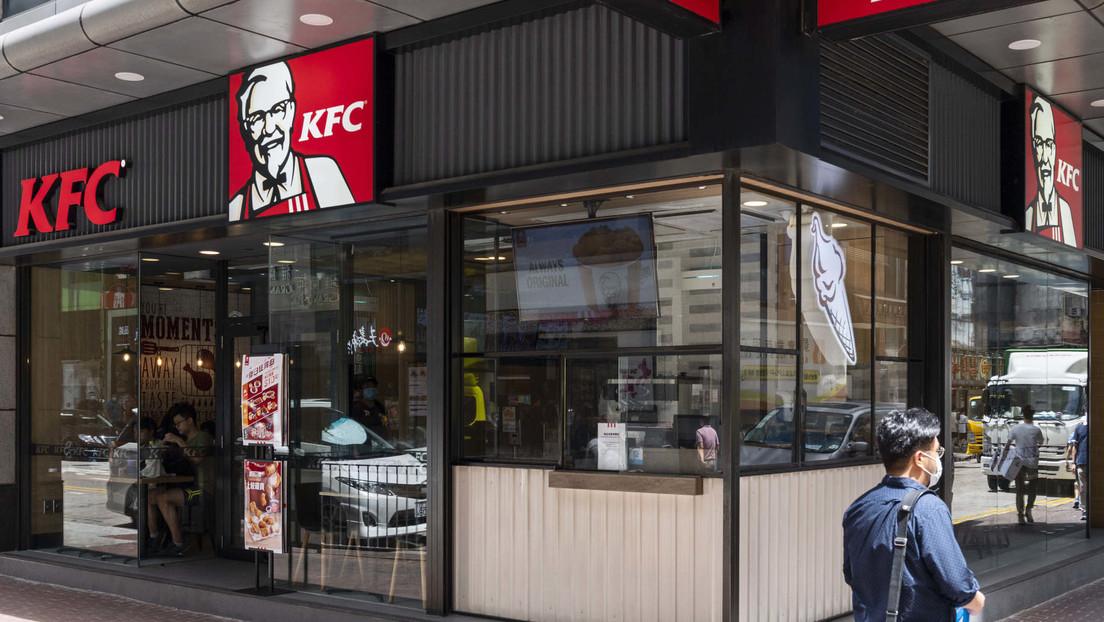 Estudiantes chinos estafan a KFC con miles de dólares obteniendo comida gratis para luego revenderla