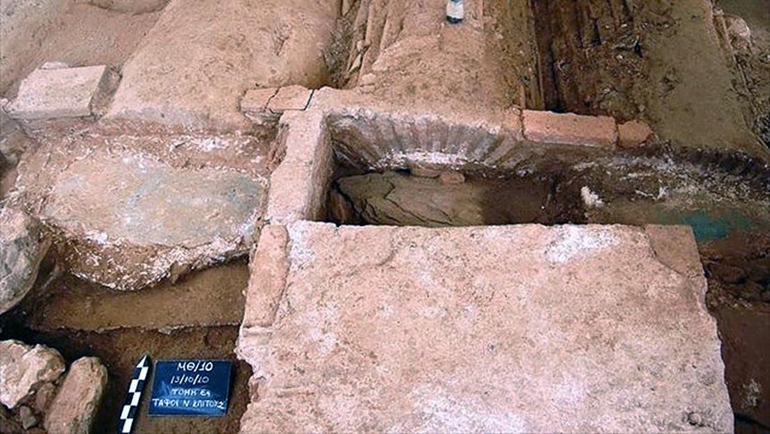 FOTO: Descubren en Grecia la tumba de un guerrero romano con una espada deliberadamente doblada