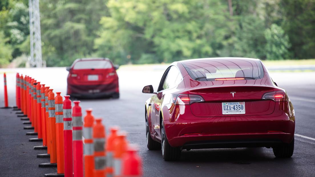 """El conductor de un Tesla detenido por sentarse en el asiento trasero sin nadie al volante repite su acción afirmando que """"Elon Musk sabe lo que hace"""""""