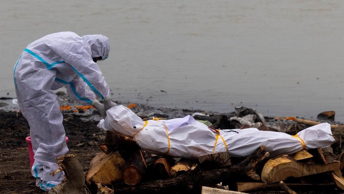 Una autoridad de la India reconoce que se están arrojando cuerpos de muertos por covid-19 en muchos ríos