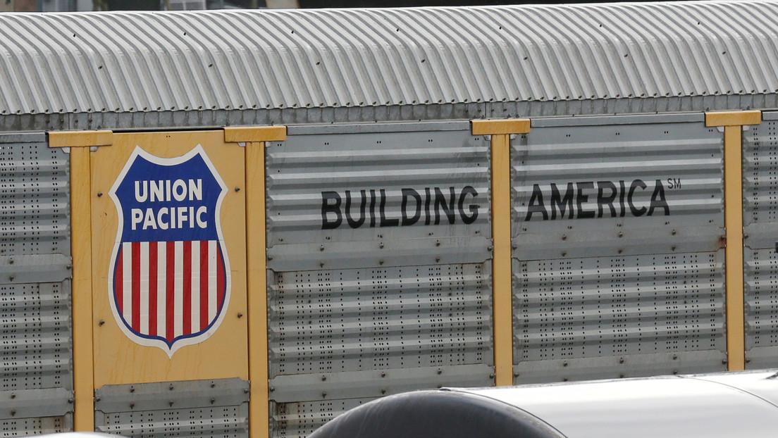 VIDEO: Detectan fugas de ácido clorhídrico en dos vagones de un tren de mercancías que descarriló en EE.UU.