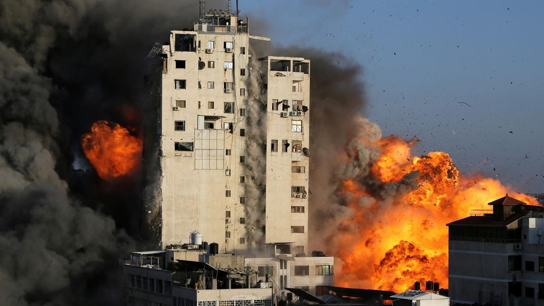 VIDEO: Un palestino graba de cerca el desplome de una torre residencial en Gaza tras un ataque israelí