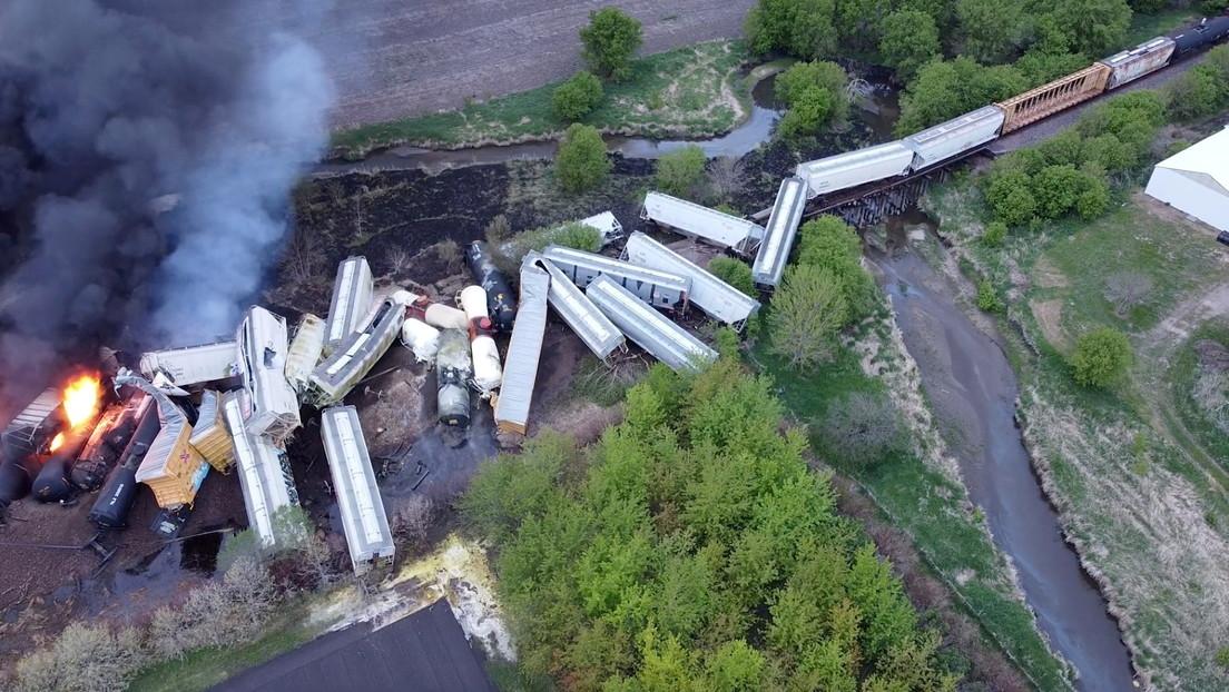 VIDEOS: Un tren con fertilizantes descarrila en EE.UU. y queda envuelto en llamas