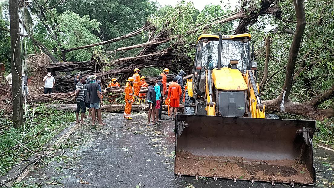"""El ciclón """"extremadamente severo"""" Tauktae causa muerte y devastación en su aproximación a la India, azotada por el covid-19"""