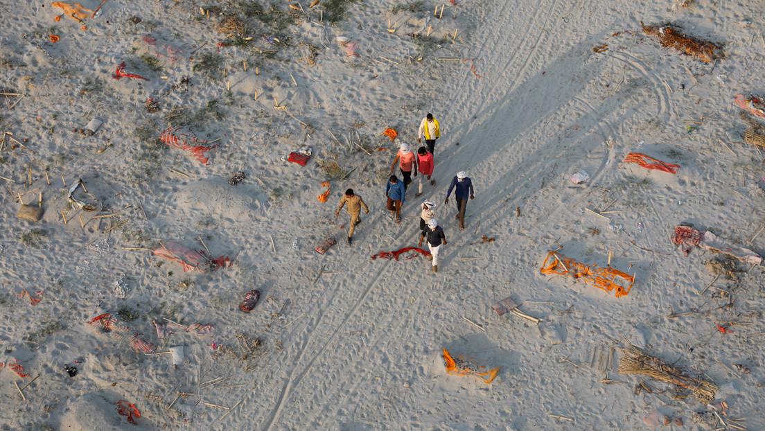 Encuentran cientos de cadáveres aparentemente víctimas del covid-19 enterrados en las orillas de un importante río de India y en sus aguas (VIDEO)