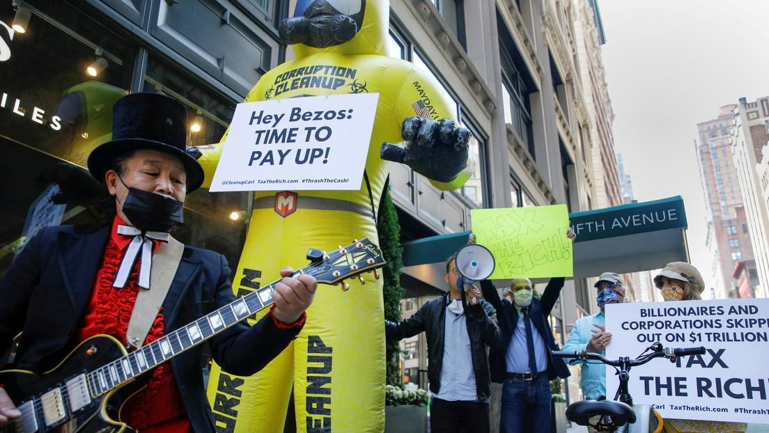 Millonarios protestan frente a la casa de Jeff Bezos exigiendo un impuesto para grandes patrimonios en EE.UU.