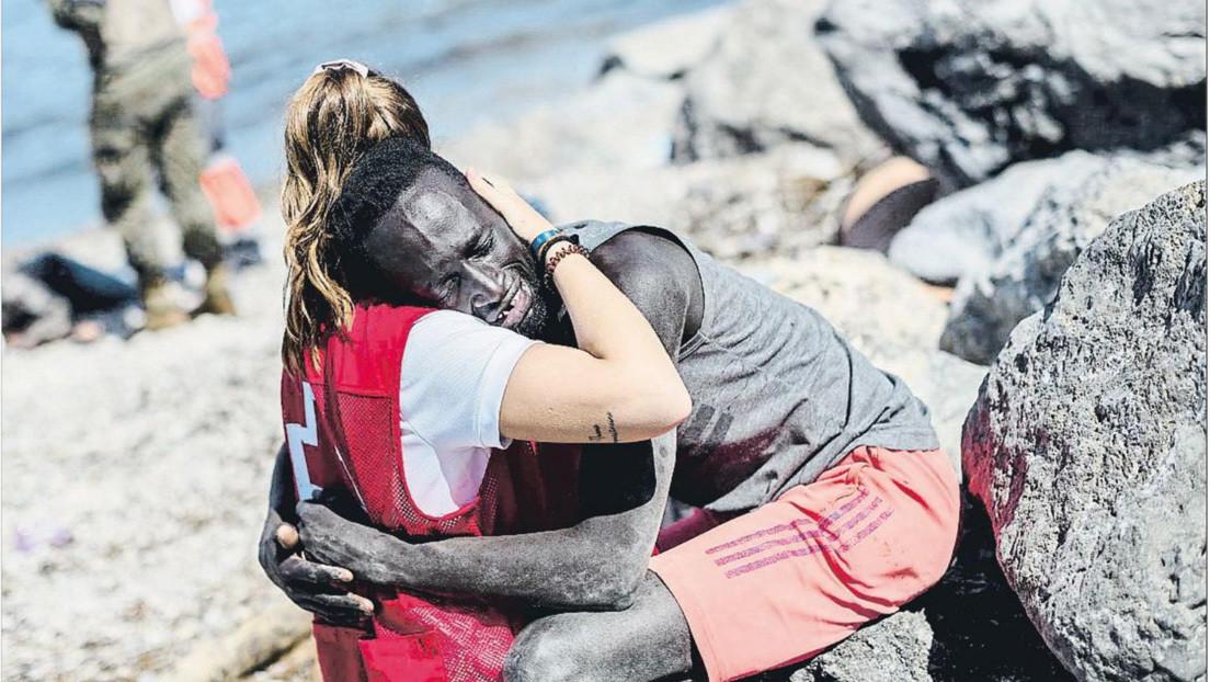 El abrazo que desató el odio y la solidaridad en España: una voluntaria de Cruz Roja consuela a un migrante que acaba de llegar a Ceuta