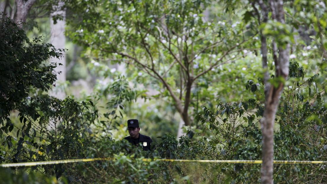 Las autoridades salvadoreñas hallan 14 cuerpos en fosas en el interior de la casa de un expolicía en Chalchuapa