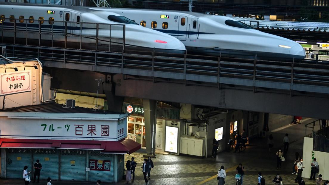 Un maquinista japonés deja la cabina de un tren bala que circulaba a toda velocidad para ir al baño y se enfrenta a un posible castigo