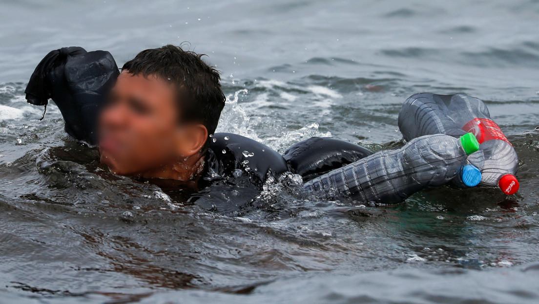 Las impactantes imágenes de un niño migrante que usa botellas de plástico para mantenerse a flote en el mar en su intento por alcanzar Ceuta