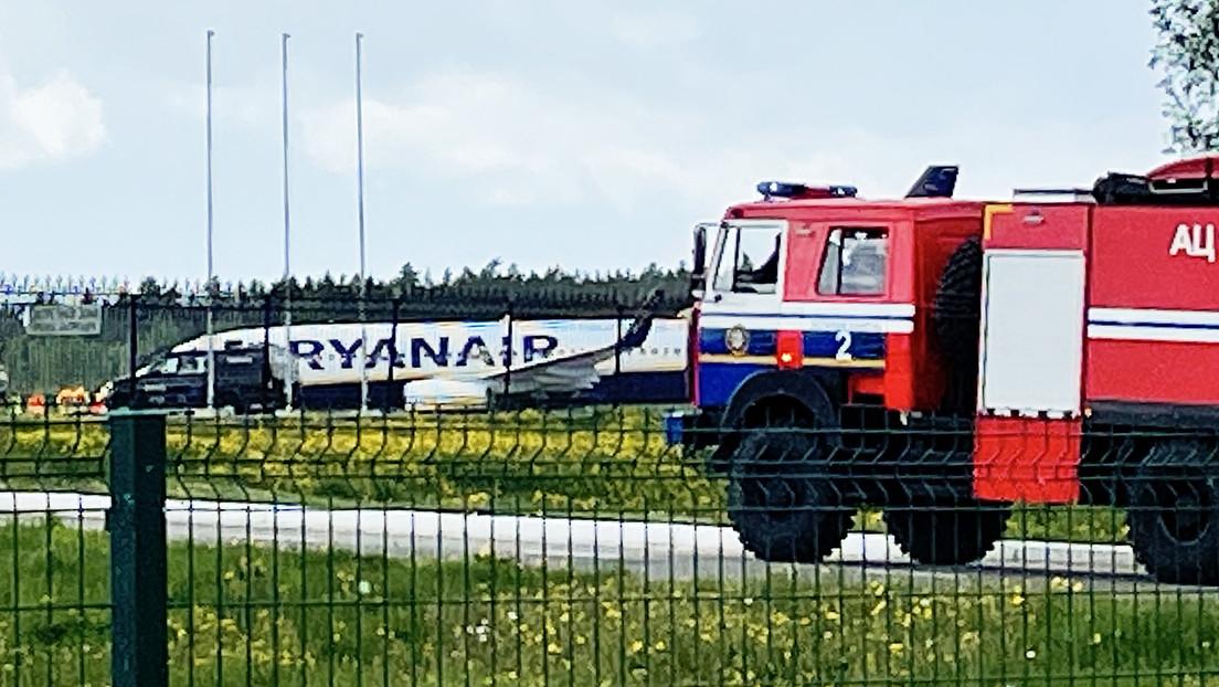 Una amenaza de bomba provoca el aterrizaje de emergencia de un avión de Ryanair en Bielorrusia, tras el cual detienen a un periodista opositor
