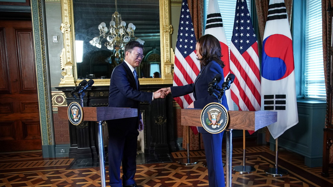 VIDEO: Kamala Harris se limpia la mano tras saludar al presidente de Corea del Sur