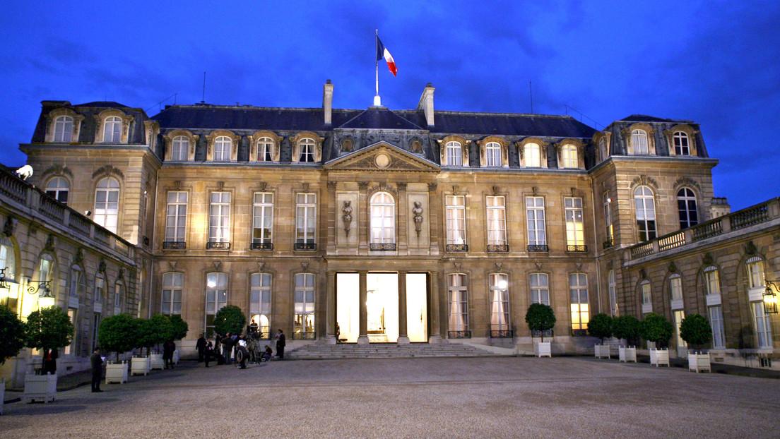 Macron reta a dos 'youtubers' que ganan la apuesta y organizan un concierto de 'heavy metal' en el palacio del Elíseo