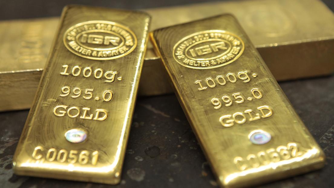 La debilidad del dólar y la caída del bitcóin impulsan al oro a su nivel máximo desde enero