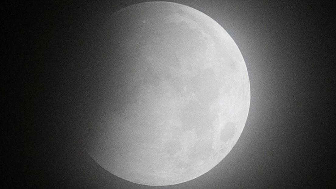 VIDEO: La 'luna de sangre' y la 'superluna de las flores' adornan el cielo nocturno