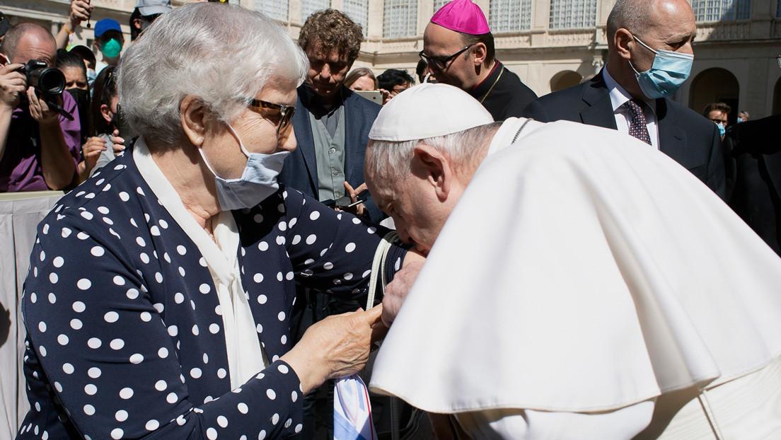 FOTO: El papa Francisco besa el número tatuado por los nazis en el brazo de una sobreviviente de Auschwitz