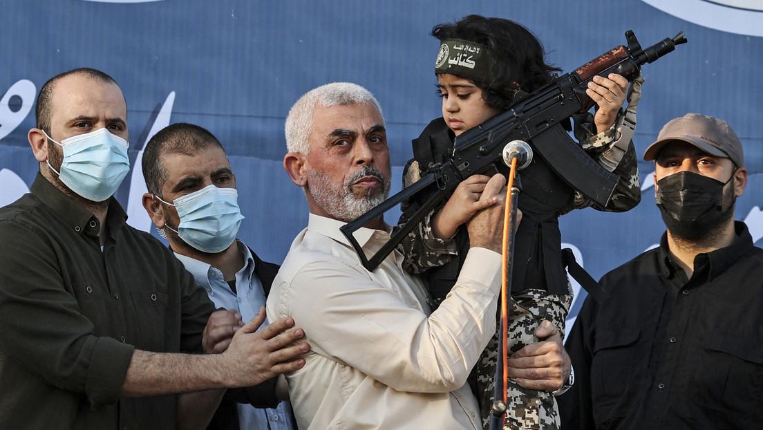 Ejército israelí publica un video del líder de Hamás posando con un niño armado