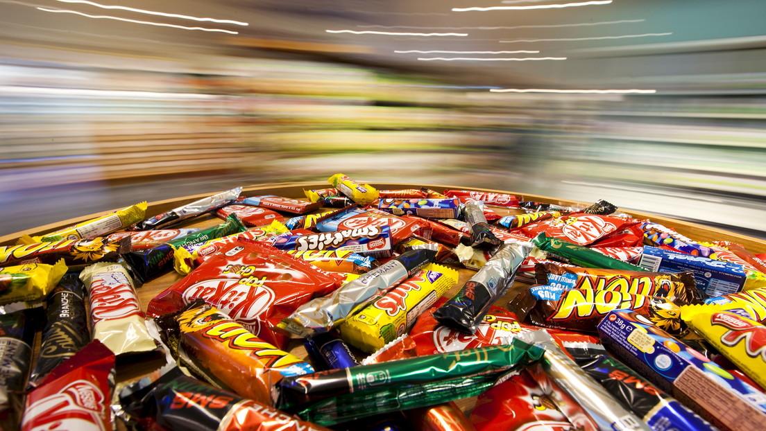 Cómo un 'supermercado flotante' de Nestlé con comida chatarra ultraprocesada causó una crisis de obesidad en los niños en el corazón del Amazonas