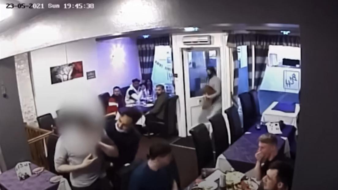 VIDEO: Un camarero salva la vida a un cliente que se atragantó con un trozo de pollo aplicándole la maniobra de Heimlich