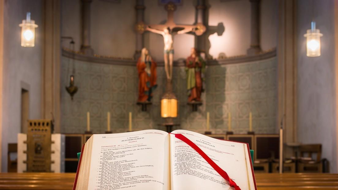 VIDEO: Como en un exorcismo y cruz en mano, un cura busca expulsar a la Policía de su iglesia