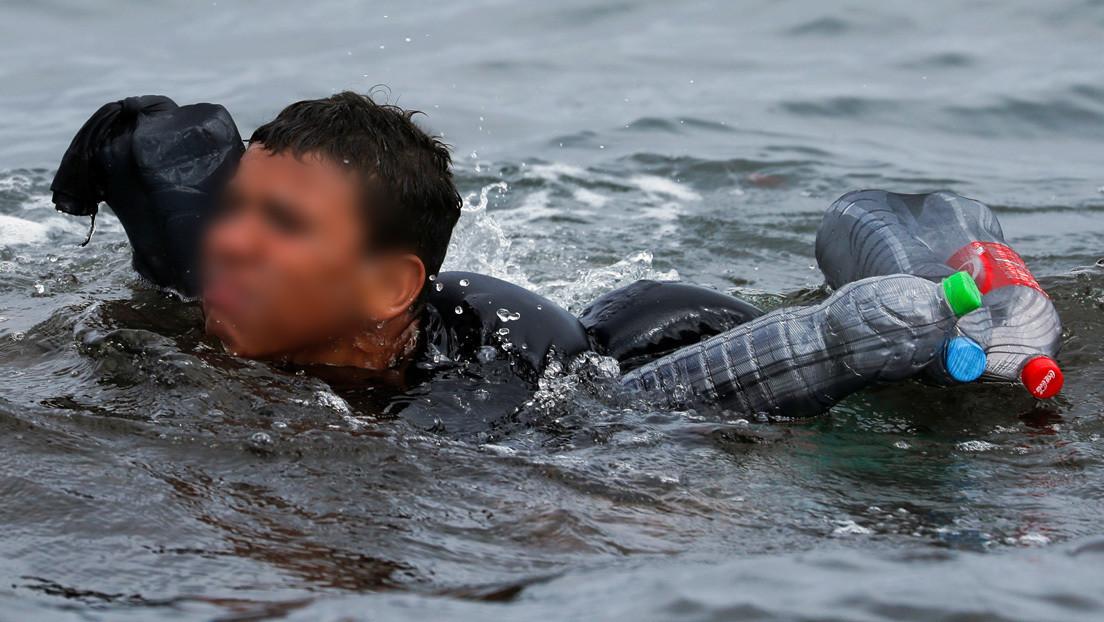España devolvió 'en caliente' a Marruecos al menor que llegó a Ceuta flotando con botellas de plástico y la Fiscalía abre una investigación