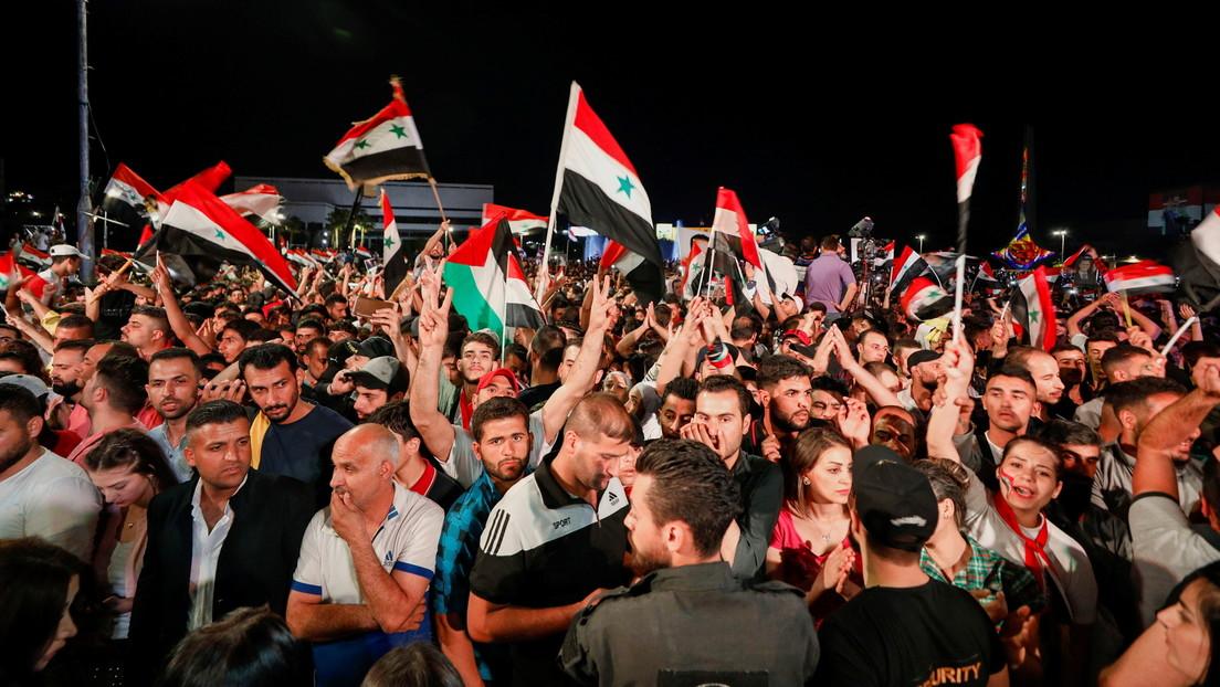 Captan a vista de dron a una multitud en la localidad siria de Tartus celebrando la victoria de Al Assad