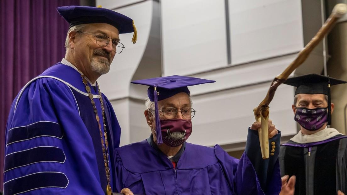 Un veterano estadounidense de la Segunda Guerra Mundial obtiene a los 97 añosel título universitario que no pudo acabar de joven