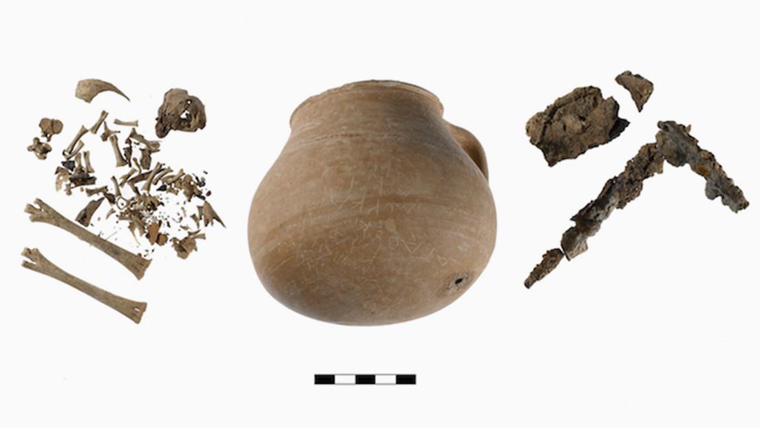 El clavo de hierro y huesos de pollo hallados en la jarra encontrada en 2006.