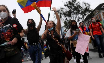Los manifestantes participan en una protesta contra la pobreza y la violencia policial en Bogotá, Colombia, el 5 de mayo de 2021