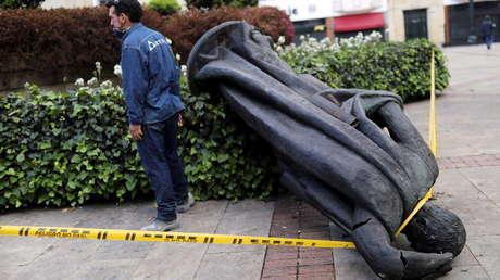 Indígenas misak derriban una estatua del conquistador español Gonzalo Jiménez de Quesada en medio de las protestas en Colombia (VIDEO)